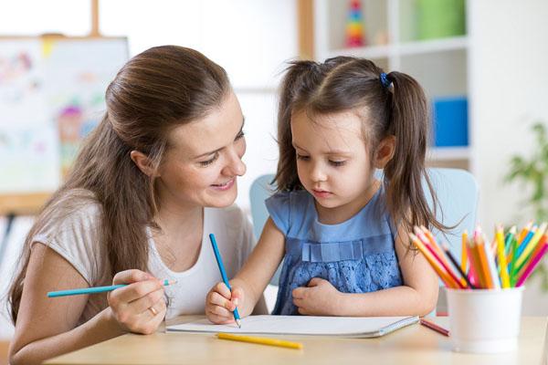 Une nounou bilingue et une petite fille - image de Baby-Speaking