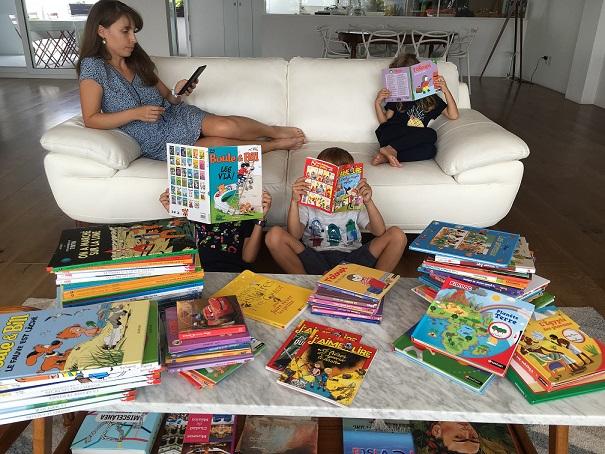 Une famille lit des livres en français