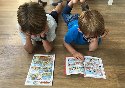 Enfants lisant leurs magazines préférés