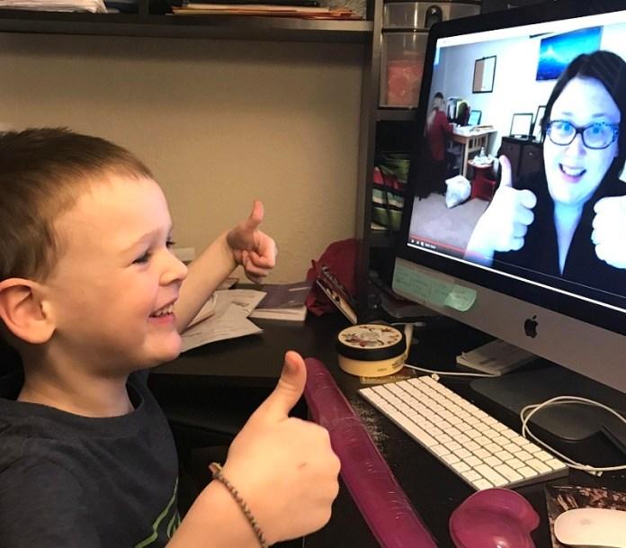 Un enfant prenant un cours de français en ligne