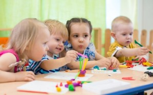 Des enfants apprenent à peindre