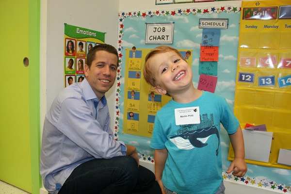 Uen enfant et son père à l'école maternelle américaine