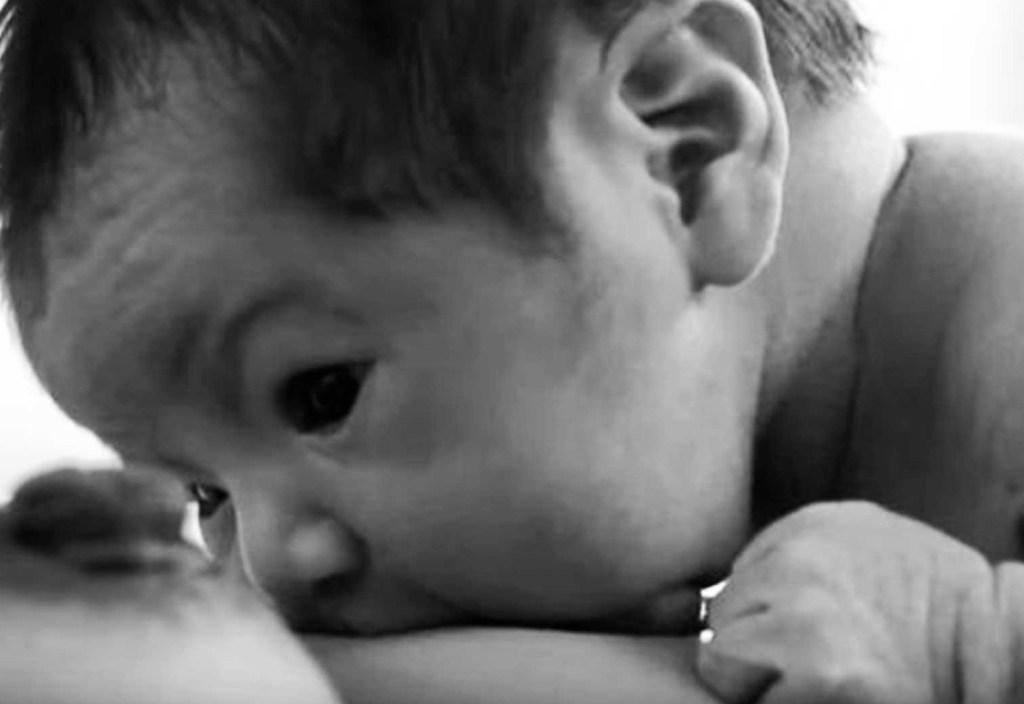 """""""Breast Crawl"""" en borstvoeding: Waarom het gouden uur zo belangrijk is"""