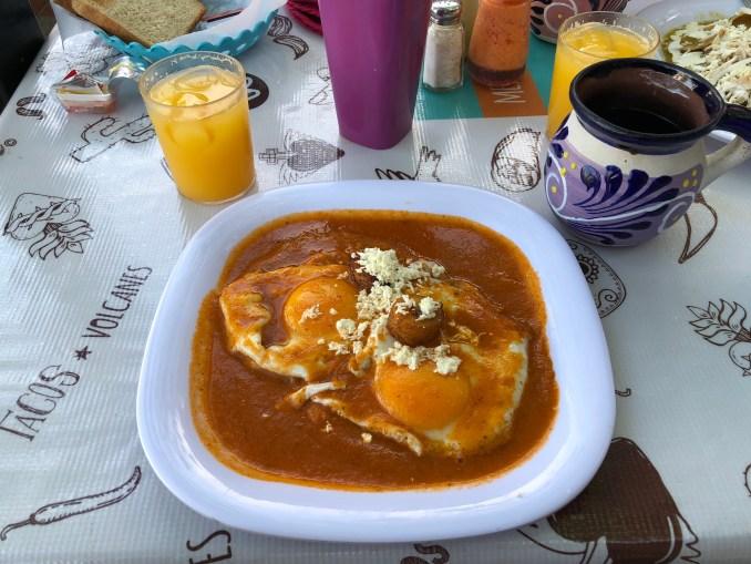 Desayuno mexicano - huevos motuleños