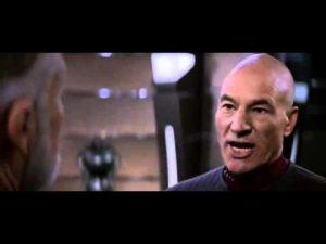 Capitão Jean Luc Picard argumenta com o Almirante Matthew Dougherty em Star Trek Insurrection.