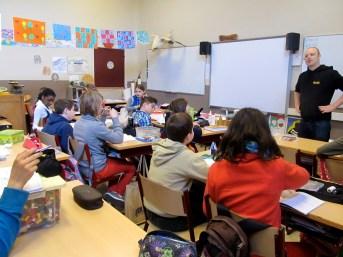 Yetiman Tim legt uit wat er verwacht wordt van de leerlingen.