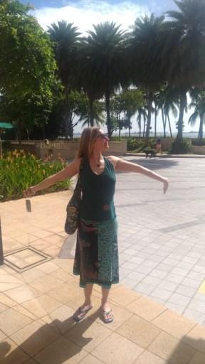 Foto zu Abschied und Aufbruch: Nicki glücklich in der Sonne in Singapur. Reisen umzu (er)leben.