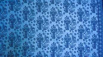 Yoeri's sarong: Balinese pattern dark blue figures on light blue