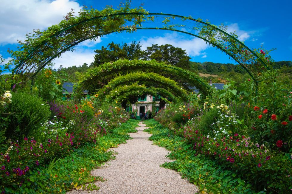 A garden archway covered path