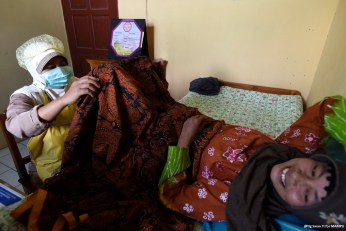 A test for cervical cancer in one of Aisyiyah's clinics, supported by the MAMPU project.