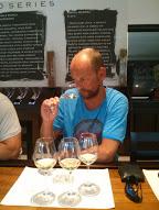 Tasting van de witte wijnen uit de Bernard serie in de tastingroom van Bellingham in Franschhoek