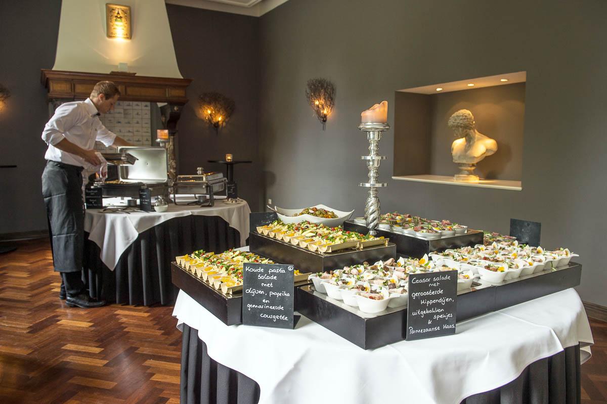 Een kok legt de laatste hand aan het Maaltijd buffet bij Landgoed Te Werve in Rijswijk