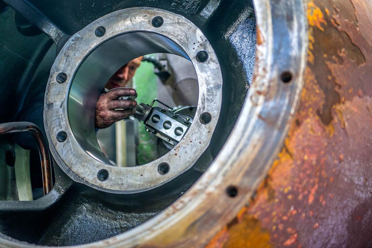 Precisiemetingen aan een motorhuis tijdens revisiewerkzaamheden in West End Machinefabriek