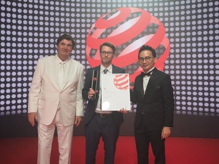 Press kit   2188-03 - Press release   Red Dot Award: Design Concept 2018 Results - Red Dot Award: Design Concept - Competition - Marcus SONNTAG from schmitz Visuelle Kommunikation receiving the Red Dot Best of the Best for the design concept AP 360 Electrical Installation System - Photo credit: Red Dot Award: Design Concept