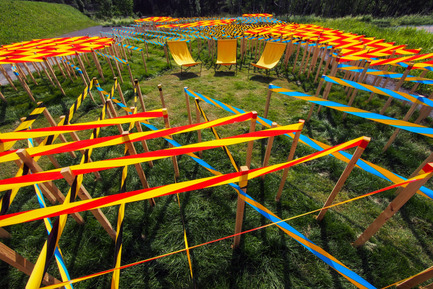 Press kit   837-08 - Press release   The Gardens of the 15th International Garden Festival seduce visitors - International Garden Festival / Reford Gardens - Event + Exhibition -   LINE GARDEN by Julia Jamrozik &amp; Coryn Kempster<br>Brantford (Ontario) Canada and Bale, Switzerland<br><br>This contemporary labyrinth created from security tapes closely ordered in the natural environment provides new erspectives on the environment when visitors enter and inhabit the space.<br><br> www.kempsterstudio.com<br>   - Photo credit: Louise Tanguay