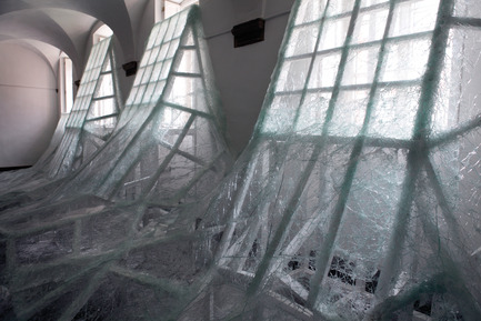 Press kit | 985-01 - Press release | Aérial - Baptiste Debombourg - Art - Aérial, detail view, glass installation, nails, wood, 3x12x4,5m