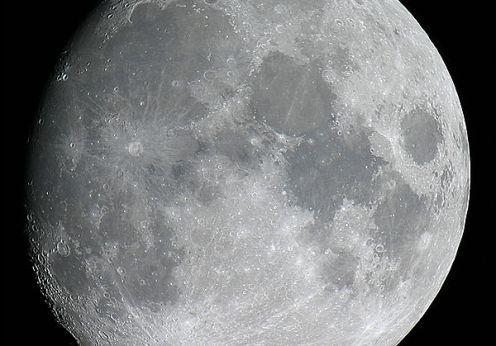Cine a construit Luna