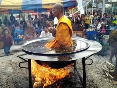 Un călugăr buddist sfidează legile fizicii (1)