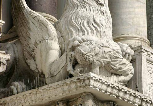 800px-Venice_-_Statue_of_a_griffin