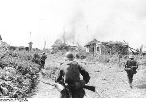 Russland, Gatnoje, Soldaten bei Besetzung einer Ortschaft