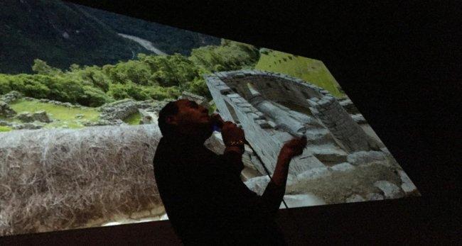 Der Reiseleiter Fidel Álvarez beim Vortrag