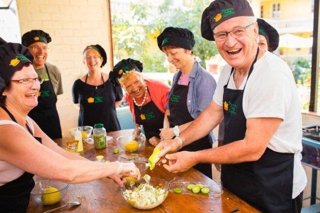 """Eine viventura-Reisegruppe versucht sich in Arequipa an """"Causa"""", einem typischen peruanischen Gericht"""