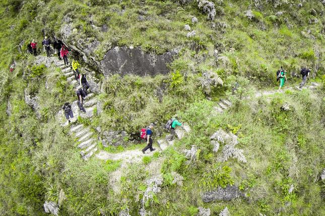 Trekking in Peru: Ganz schön steil! Über viele Stufen gelangen Wanderer auf dem Inkatrail durch atemberaubendes Andenpanorama bis zur berühmten Inkastätte