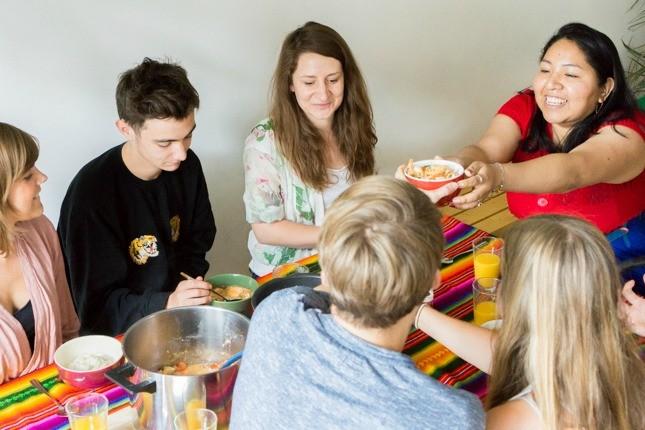 Das Marketing Team isst Moqueca zusammen mit Ericka aus Bolivien und unterhält sich.