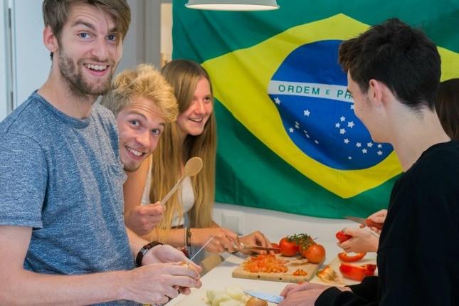 Das Marketing Team von viventura beim Gemüse schneiden.
