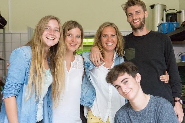 Fünf der viventura Helfer stehen zusammen in der Küche von Moabit.hilft beim viventura Sozialtag in Berlin.