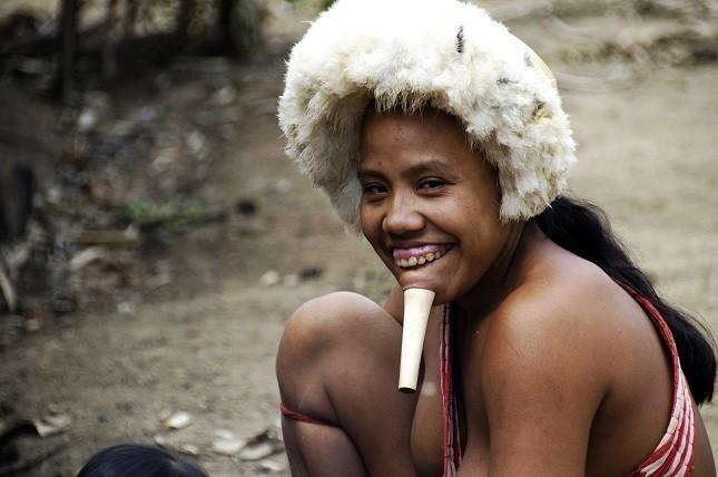 Indigene Völker im Amazonasgebiet: Ein Mädchen der Zo'é im brasilianischen Regenwald.