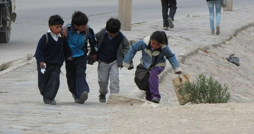 #viventurameets: Sozialprojekte in Bolivien. Vier Kinder Laufen Hand in Hand über die Straßen von Potosí.