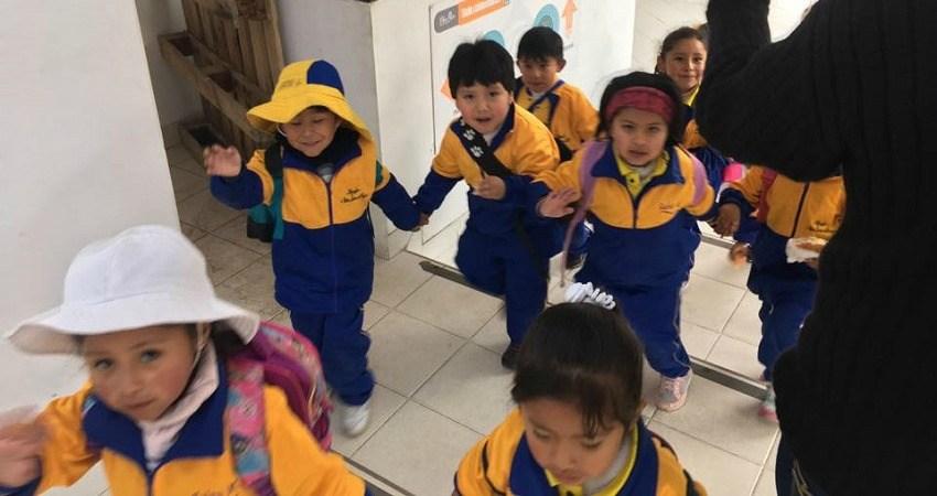 #viventurameets WWF in Bolivien: Im EcoLab kommt eine Kindergartengruppe händewinkend an uns vorbei.