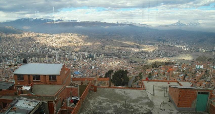 """Menschenrechte in Bolivien: El Alto ist eine der ärmsten Städte Boliviens. Von hier hat man einen atemberaubenden Ausblick auf die Dächer von La Paz. Daran können sich die Bewohner aber """"noch"""" nicht erfreuen."""