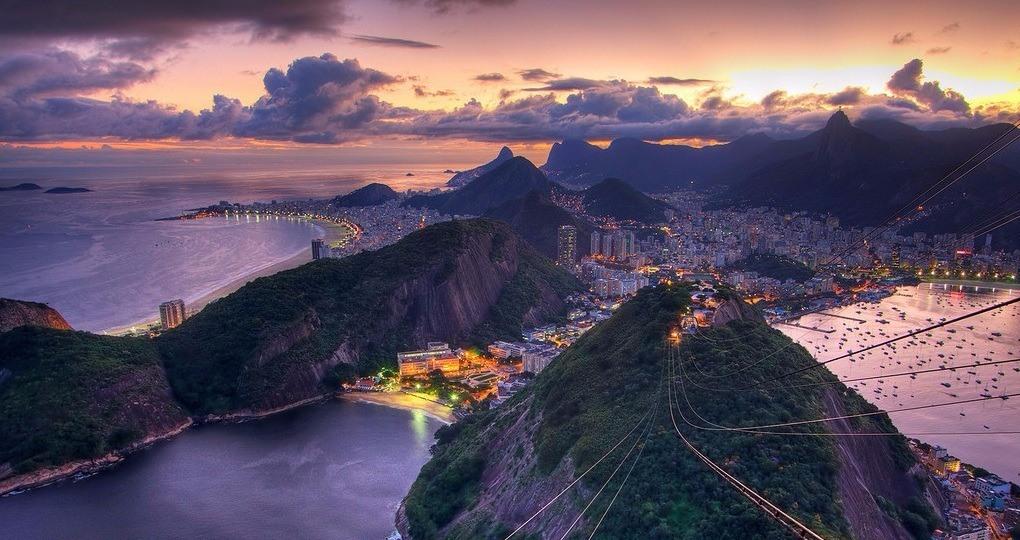 Rio bei Nacht: Ein Meer aus Lichtern, Farben und Menschen.
