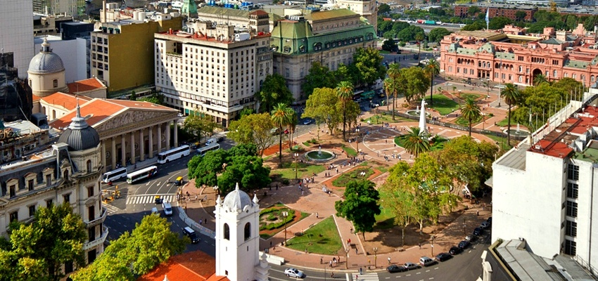 Die Plaza de Mayo von Buenos Aires ist noch heute der Hauptplatz für politische Demonstrationen. Quelle: Wikimedia