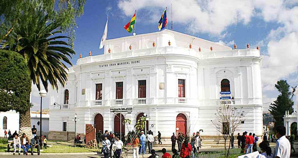 Das weiße Teatro Gran Mariscal in Sucre. Bildquelle: Wikimedia Commons