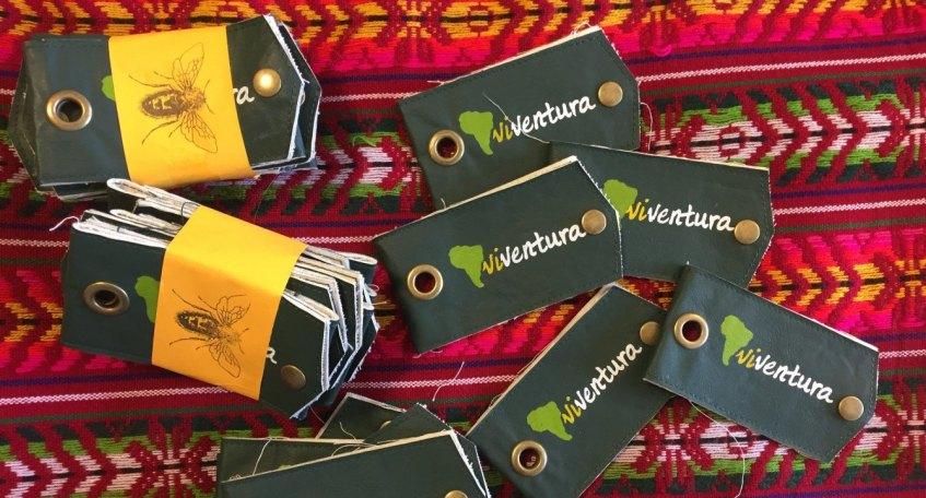 Recycling in Bolivien: die viventura Kofferanhänger werden aus recyceltem Material handgefertigt.