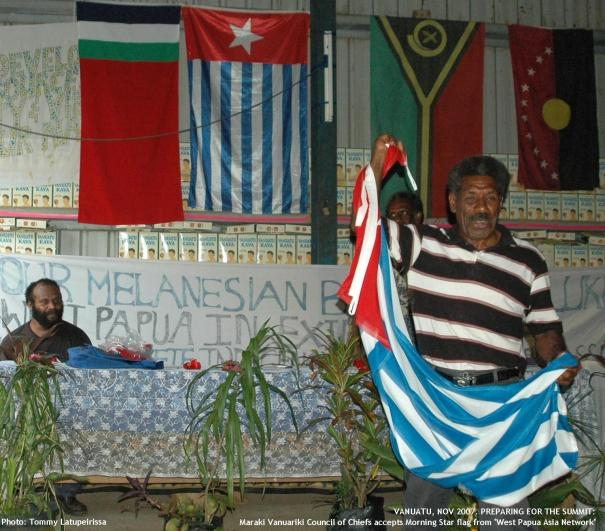 "Maraki Vanuariki Council of Chiefs accepts Morning Star flag from ""West Papua Asia Network"""