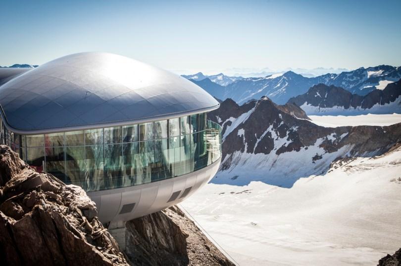 blick-auf-die-bergstation-der-wildspitzbahn-und-des-cafe-3440