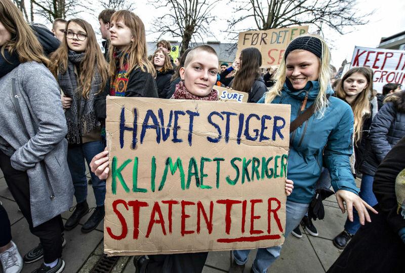 Skoleelever fra Aarhus med bannere på Rådhuspladsen under International Klimastrejke i Aarhus, fredag 15. marts 2019.
