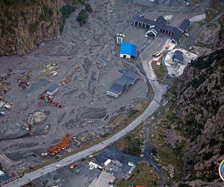 Dariali_landslide_Larsi_border_crossing_Crop