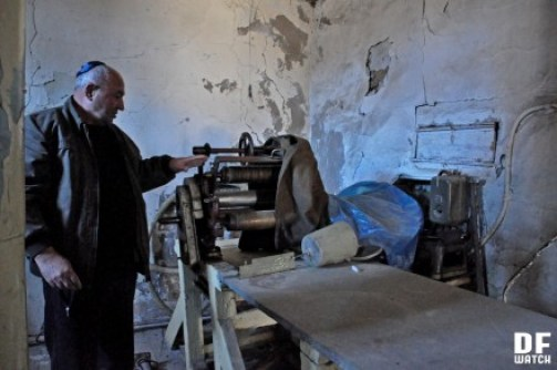 Simon Revishvili shows us a bakery which used to serve to the upper Synagogue but is not functional today (DFWatch)