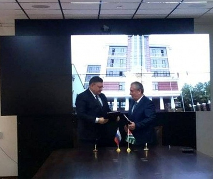 Igor Zubov and Aslan Kobahia signing the agreement establishing the joint Abkhaz-Russian center to combat organized crime