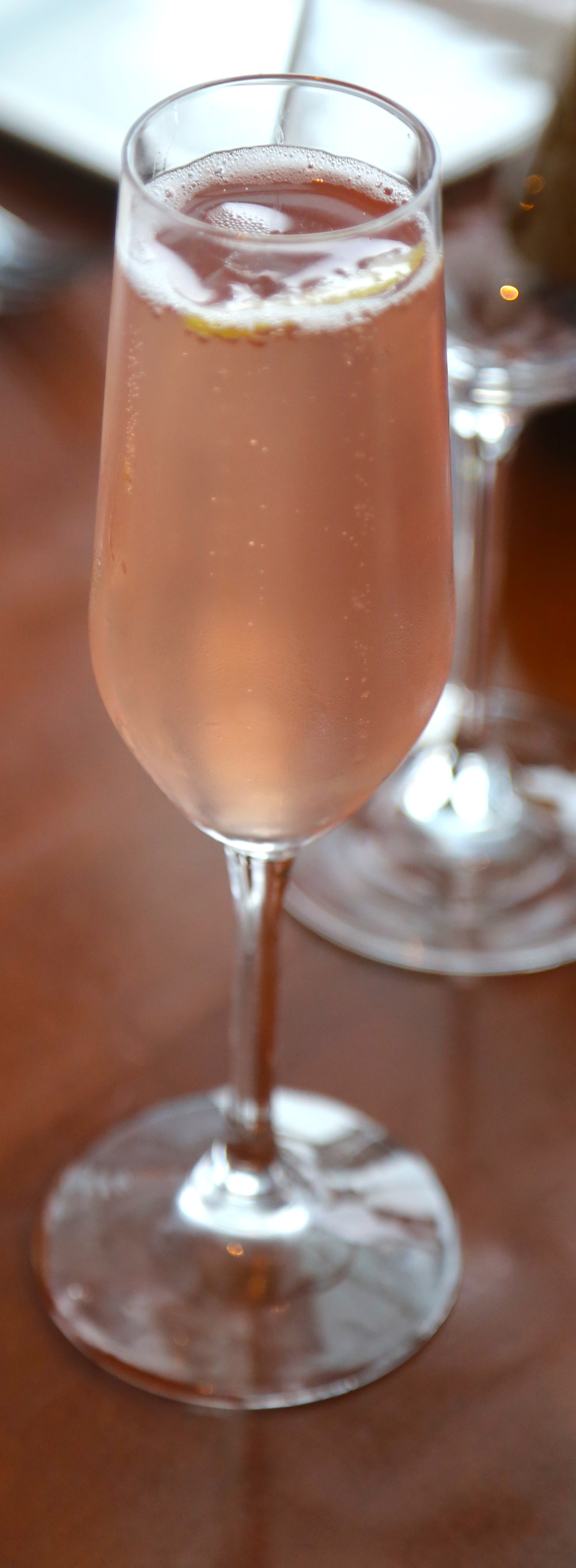 guests were greeted with a honey infused champagne cocktail - Coloration Miel Dor