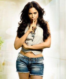 Sameera-Reddy-Hot-Navel-Show-in-Mini-Shorts