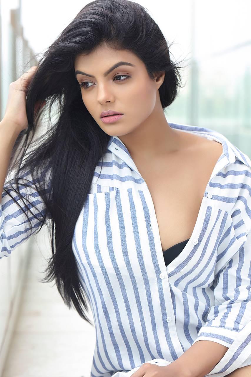 நடிகை தேஜாஸ்ரீ ஸ்மார்ட் லுக்