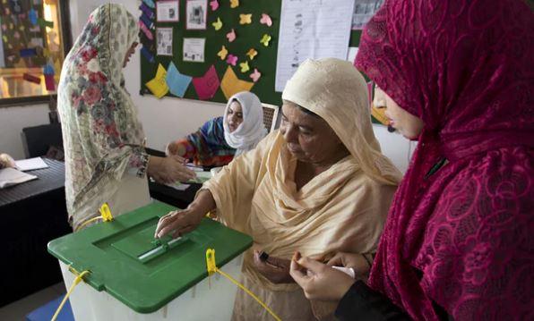 பாகிஸ்தானில் நாடாளுமன்ற தேர்தல் வாக்குச்சாவடியில் பயங்கர குண்டு வெடிப்பு: 25 பேர் பலி
