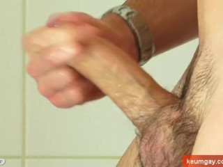Delivery guy (hetero) gets filmed horny in a shower by a client for money !