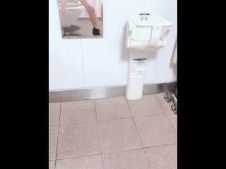 素人JKが公衆トイレで悶絶潮吹き
